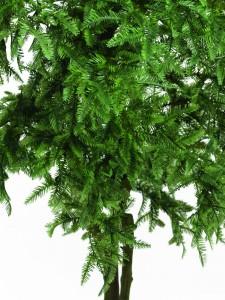 umělý strom jako živý